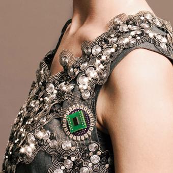 El 'vestido climático' se ilumina como reacción ante las emisiones de CO₂.