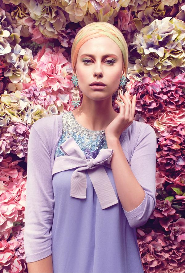 Vestido, $164.000, Gala  Suéter, consultar precio en tienda, Carolina Herrera  Aros, $12.990, Therapy