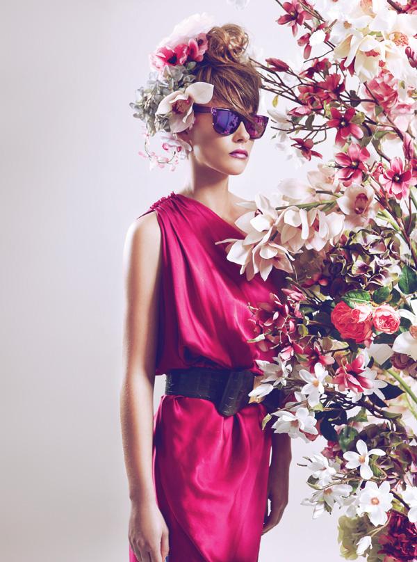 Vestido, consultar precio en tienda, Lanvin en Montemarano   Cinturón, $49.000, Carola Pino   Anteojos, $20.000, Retrovisión   Flores artificiales, desde $7.900,  Garden Express