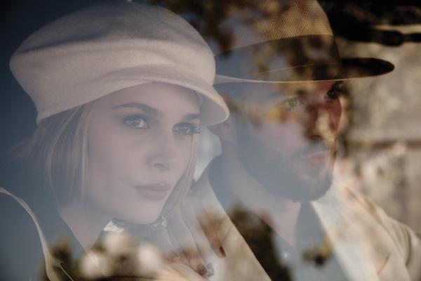Ella: Blazer, consultar precio en tienda, Lanvin en Montemarano  Boina, colección personal  / Él: Chaqueta, $590.000, Sarika Rodrik  Camisa, $19.990, H&M Sombrero, $35.900 Gonzalo del Piano