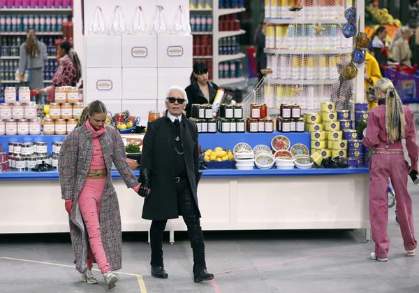 Karl Lagerfeld y la musa de Chanel Cara Delevingne