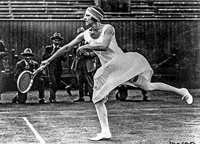 Jean Patou creó para la tenista francesa Suzanne Lenglen una línea de faldas y vestidos plisados de seda blanca, cuyo ruedo apenas cubría la rodilla. Rápidamente esta tendencia fue adoptada por todas sus colegas.