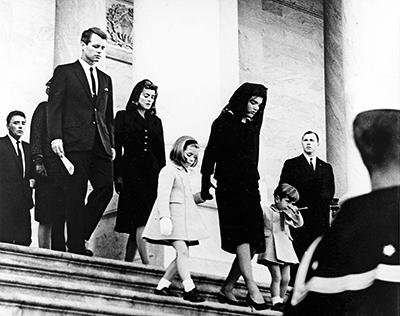 Jackie Kennedy junto a sus hijos en el funeral de su esposo.