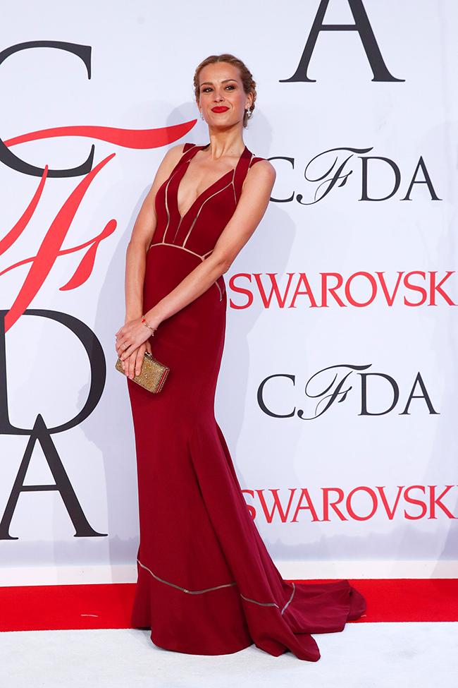 660604984d Petra Nemcova muy guapa en un vestido rojo de Max Azria Atelier ...