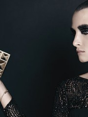 Lía Fernández, vestido, consultar precio en tienda; BCBG Max Azria, clutch, $129.000; Aldo, aro como pulsera, $4.990; aros, $4.990