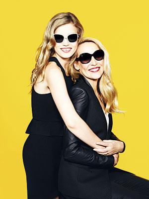 Madre e hija en la publicidad de anteojos de sol Hut Glasses, Australia, 2012.