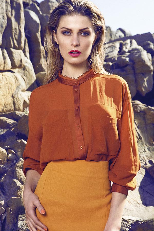 H&M, blusa, $39.990; Topshop, falda, $39.990