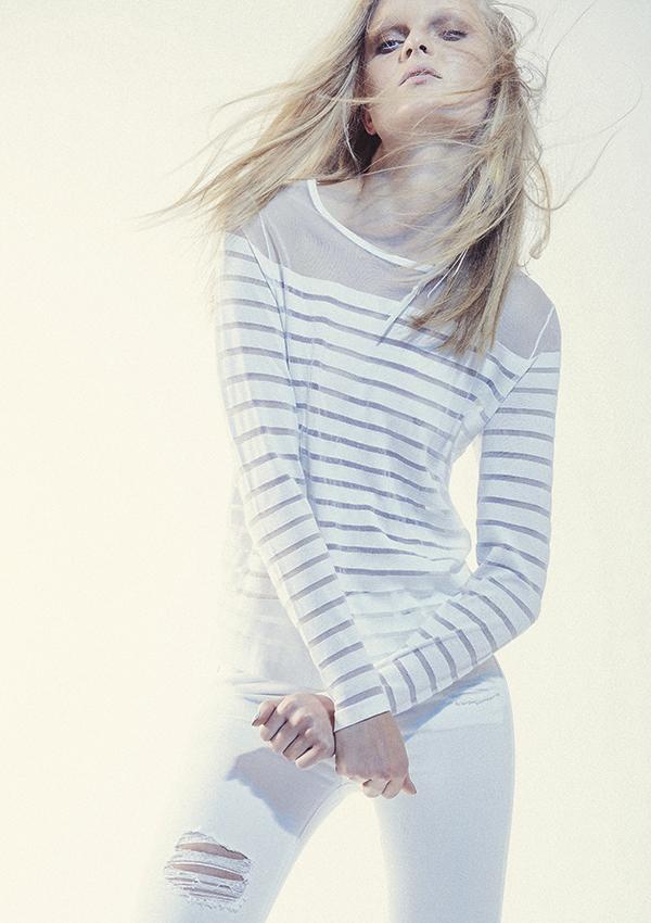 Tommy Hilfiger, suéter, $64.990; Topshop en París, jeans, $44.990