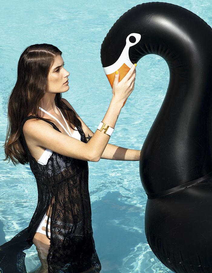 Forever 21, salida de baño, $14.990; Women'Secret, bikini, $19.990; Hermès, pulsera, consultar precio en tienda; The Float Life, flotador, $35.000