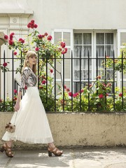 Monjitas a la Moda en Paris, falda, $36.990; Claudia Vitali, body, $70.000; Bimba y Lola, aros, $64.990; Gacel, sandalias, $59.950; Mingo, cartera, $159.990