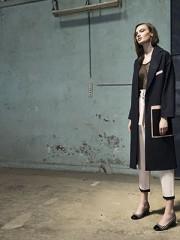Alexander McQueen en Sarika Rodrik, abrigo, consultar precio en tienda  Etam en Falabella, body, $33.990  Byblos en Lía Fernández, pantalón, consultar precio en tienda   Nine West, zapatos, $69.990