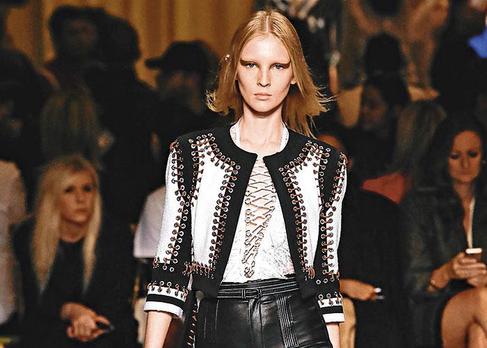 El modelo 'lace up' es el que se lleva todas las miradas esta temporada. Givenchy lo presentó en la pasada colección SS '15.