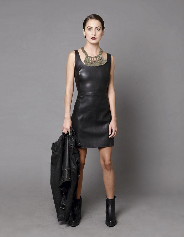 Mango, vestido negro  / Pollini, zapatos  / Prüne, chaqueta  / Armadura en Porquetevistes, collar