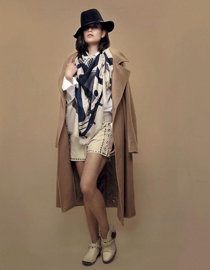 MaxMara, abrigo; Gap, camisa; Rapsodia, shorts; Rapsodia, botas; Hermès, foulard; Gap, sombrero