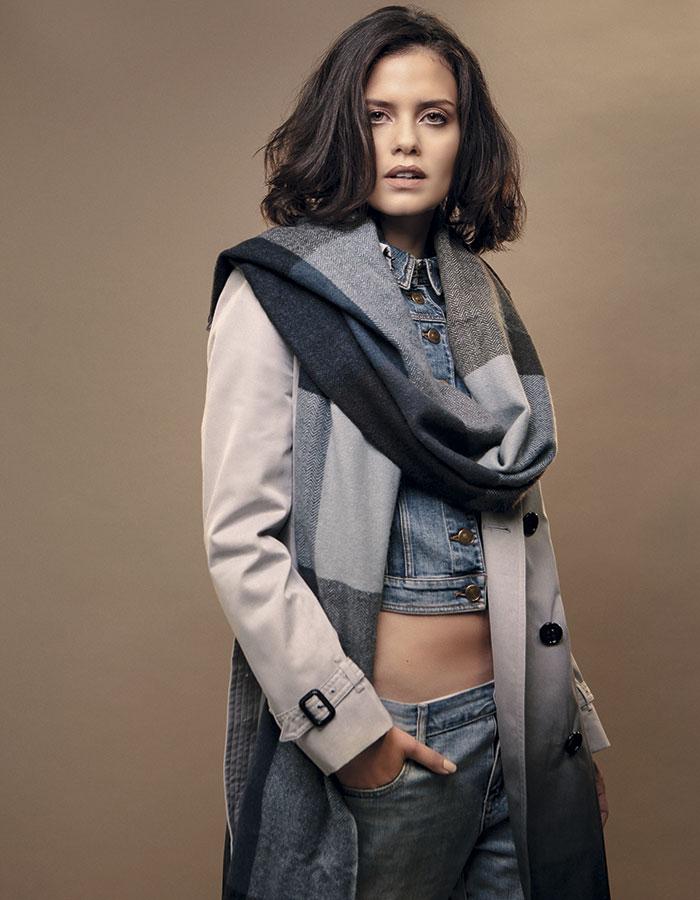 Burbery, trench; Burbery, chaqueta jeans; Gap, jeans; Hermès, bufanda