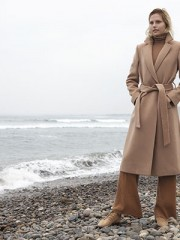 Miss Selfridge en Paris, beatle, $29.990; H&M, pantalón, consultar precio en tienda; Saville Row, abrigo, $249.900; Bimba & Lola, zapatos, $87.150