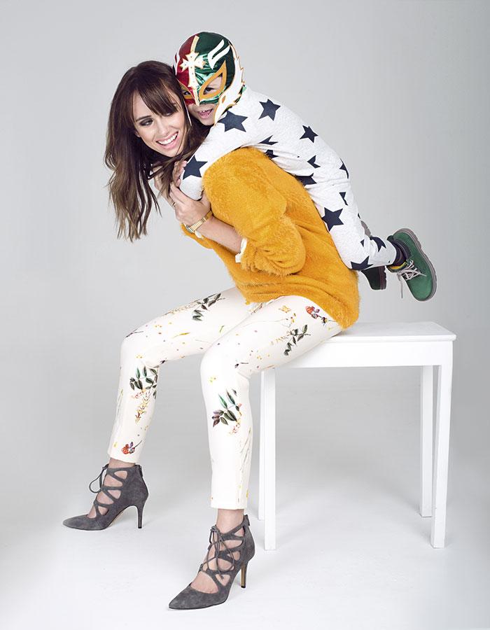 Simone: Ash, suéter, $34.990; iO, blusa, $29.990; Topshop, pantalón, $59.990; Vince Camuto, zapatos, $86.900; Casio en 12:34, reloj, $34.900 / León: H&M, pijama, $19.990; Cat en Hush Puppies Kids, zapatos, $44.990; Máscara, colección personal