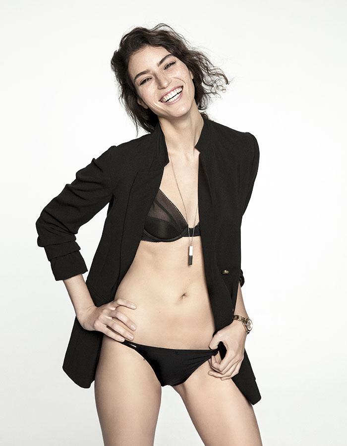 H&M, blazer, $39.990; collar, $4.990; Calvin Klein en Ripley, sostén, $24.990; Chic France en Ripley, pack calzón (2), $11.900