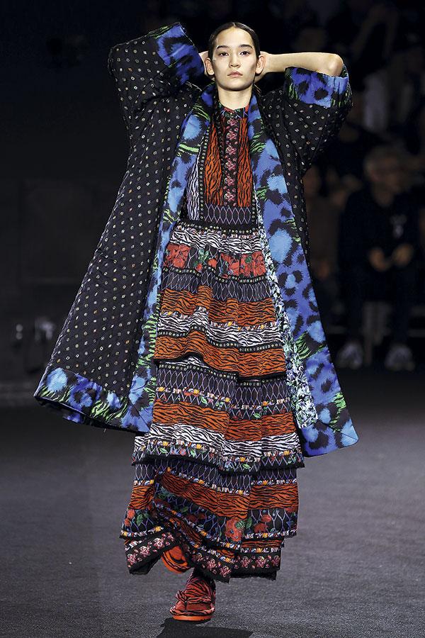 Kimonos, zapatos de inspiración asiática, sandalias, vestidos folclóricos... Las más de 100 piezas de la colección representan la unión entre los orígenes de Kenzo y el presente.