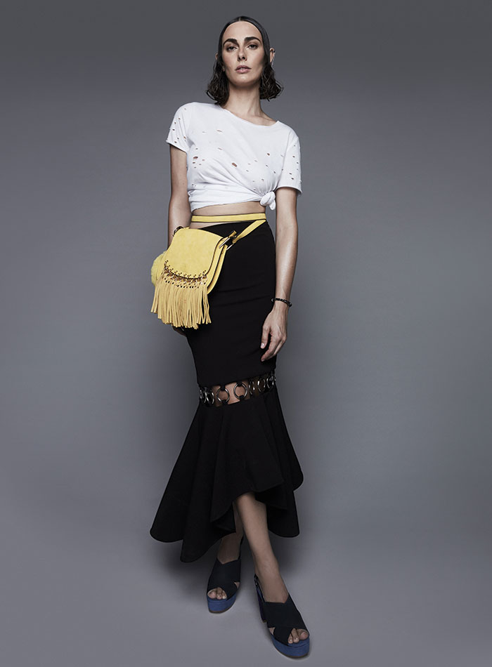 Wados, polera (customizada), $14.990;  her, falda, $185.900; Secret, cartera, $19.900; Gacel, zapatos, $69.950