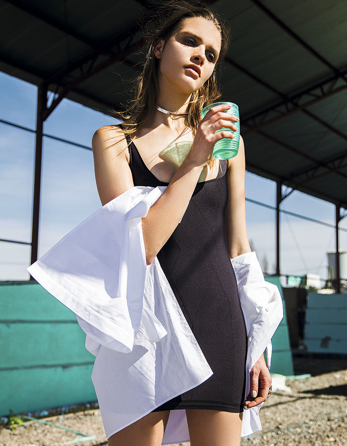 Carolina Herrera, blusa, consultar precio en tienda; Cotys, camisola, $79.990, Mariloli, collar, $170.000