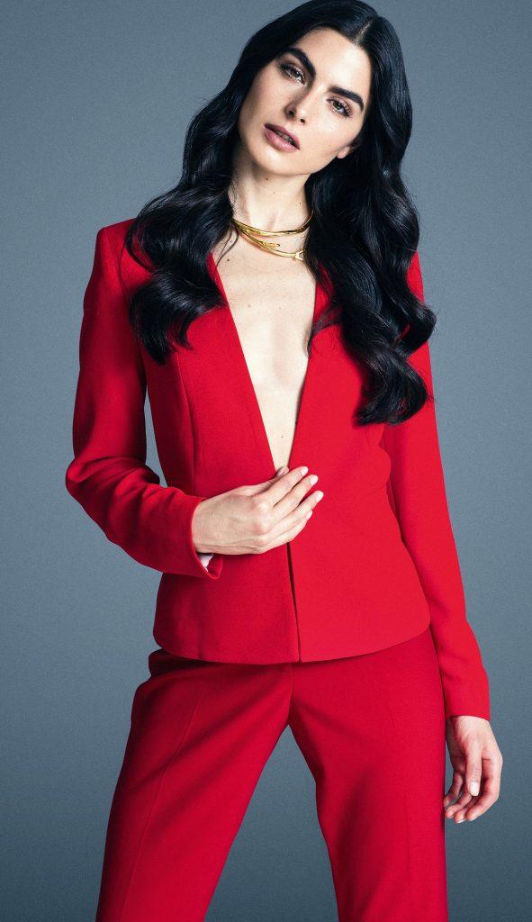Mango en Falabella, chaqueta, $59.990  Calvin Klein, pantalón, $49.990  CH Carolina Herrera, collar, consultar precio en tienda