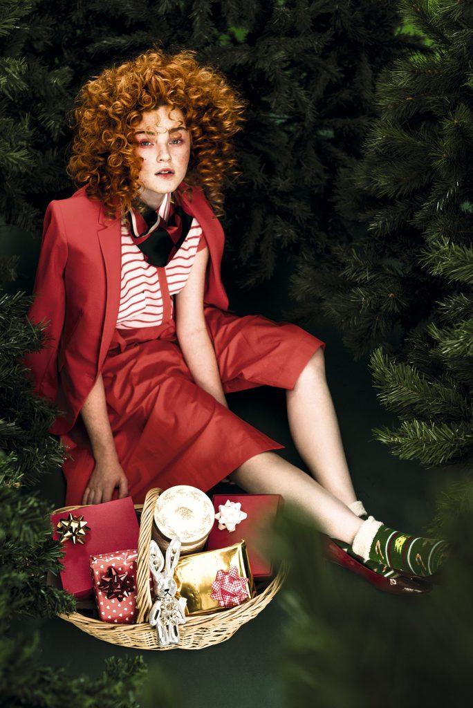 Banana Republic, chaqueta, $154.000  Brooks Brothers, falda, $145.000  Ash, blusa, $29.990  Tory Burch, pañuelo, $103.000  Monarch, calcetines, $1.490