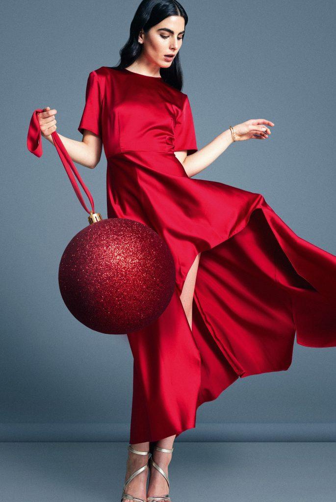 Zara, vestido, $39.990  Miss Selfridge en Paris, zapatos, $44.990  Swarovski, aros, consultar precio en tienda  Accessorize, pulsera, $3.990