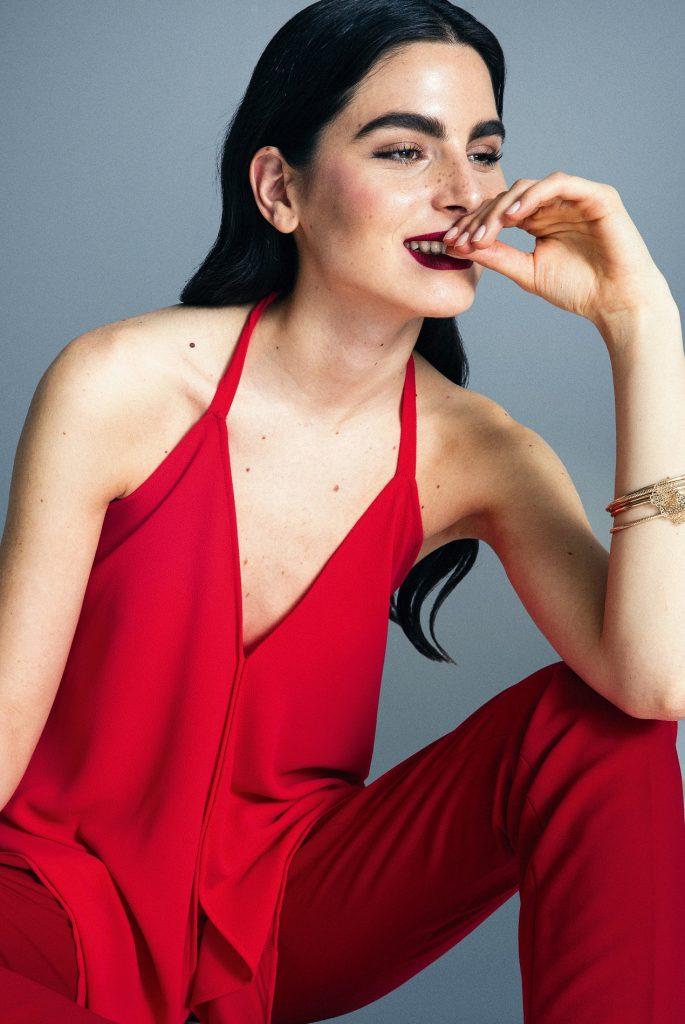 Alaniz en Paris, blusa, $16.990  Banana Republic, pantalón, $92.000  Miss Selfridge en Paris, pulsera, $9.990