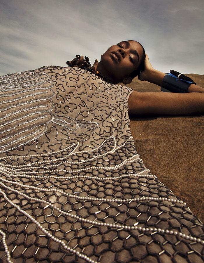 Rapsodia, vestido, $309.990; Adolfo Domínguez, collar, $89.900; Pola Thomson en Proyecto Metanoia, brazalete, $120.000