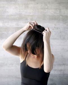 2) Abre el pelo alrededor de la esponja y peina. Rodea con otro colet para que quede un tomate perfecto.