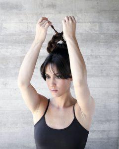 3) Separa dos mechones de pelo y trenza en la dirección que se envolverá. Enrolla y afirma con horquillas.