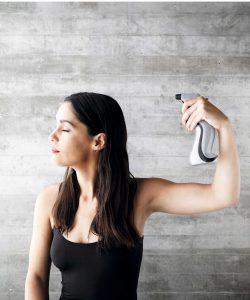 1) Define la partidura. Humedece el pelo para lograr el efecto mojado y cepilla.
