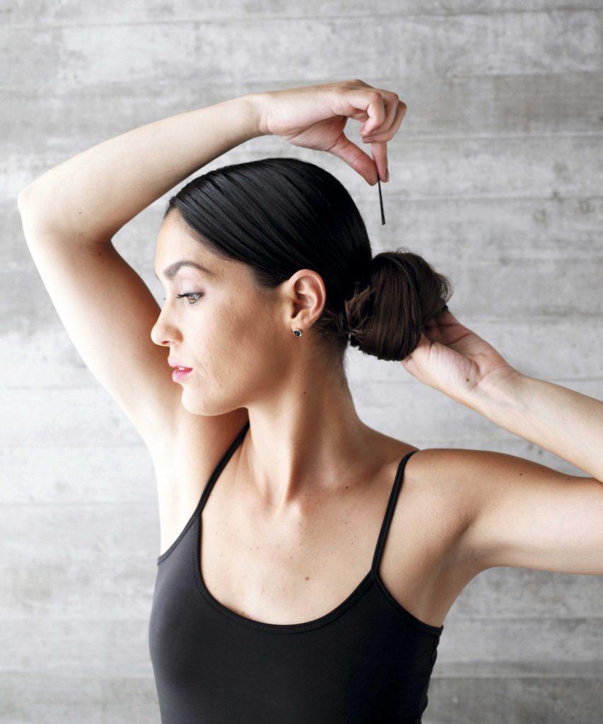 3) Enrolla el pelo como un tomate, afirma con horquillas. La idea es que se vea desordenado, en contraste con el wet look de la partidura.