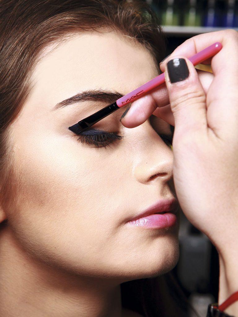 2.  Mírate de frente en el espejo y, como muestra la foto, usa la diagonal del pincel para marcar la 'cola' del delineado.