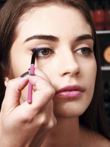 3. Gira el pincel, de modo que la diagonal quede sobre la línea, y devuélvete hacia la mitad del ojo. Con esto das grosor al trazo.