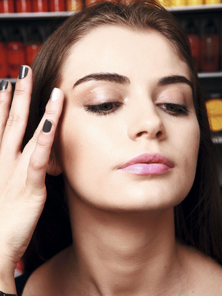 1. Con la yema de los dedos aplica gloss en la cuenca y el lagrimal.