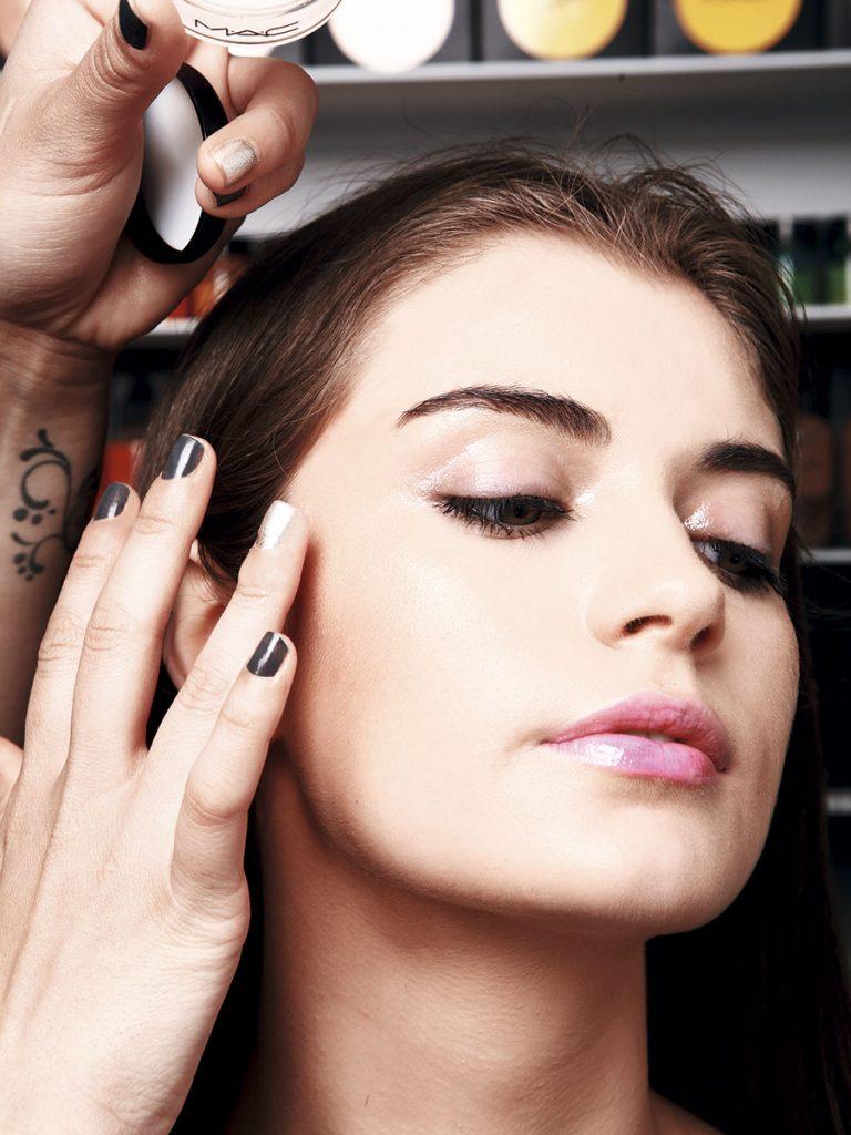 También aplica al costado del pómulo. Siempre poca cantidad si hay maquillaje debajo.