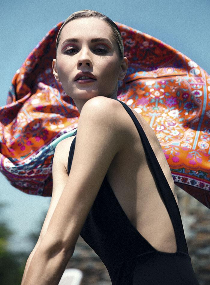 Enfit, traje de baño, $145.900; CH Carolina Herrera, pañuelo, consultar precio en tienda