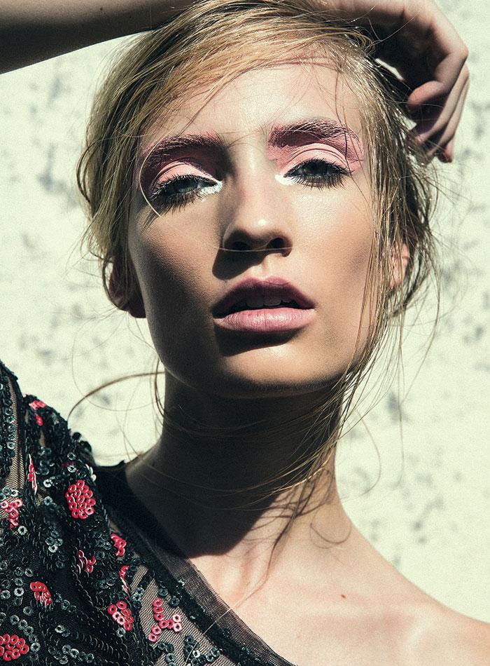 """""""Como nos inspiramos en la humedad de la piel es importante que se vea luminosa y humectada. Para un look así prefiero usar un iluminador en crema y de colores que evoquen el sol, como los bronceados, damascos o rosados, que aportan calidez"""", comenta el make-up artist."""