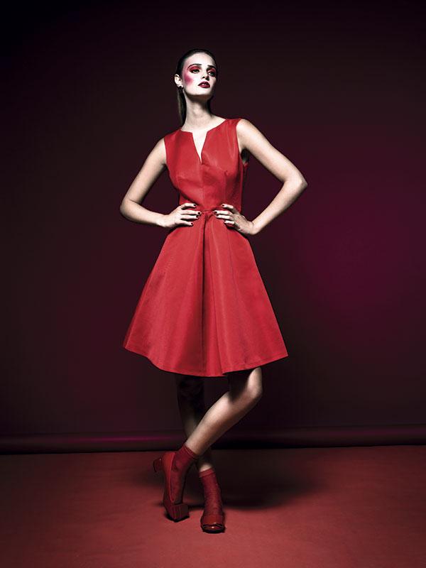 Adolfo Domínguez, vestido, $299.000; Pretty Ballerinas, zapatos, $169.900; Topshop, calcetines, $5.590