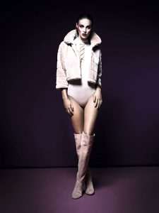 Miss Selfridge, body, $26.990; Liolá, chaqueta, $49.900; Nine West, botas, $189.900