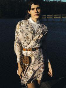 H&M, blusa, $9.990; River Island en Ripley, vestido, $56.990; Tommy Hilfiger, cinturón, $44.990; Nine West, llavero (en cinturón), $9.990