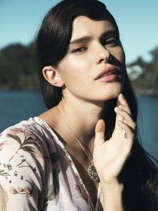Topshop en Paris, vestido, $59.990; Tiffany & Co., collar y anillo, consultar precios en tienda