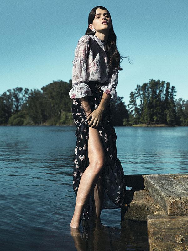 CH Carolina Herrera, aro, consultar precio en tienda; Miss Selfridge en Paris, vestido, $46.990; falda, $44.990; Tommy Hilfiger, cinturón, $44.990; Loraine Holmes, guantes, $20.000