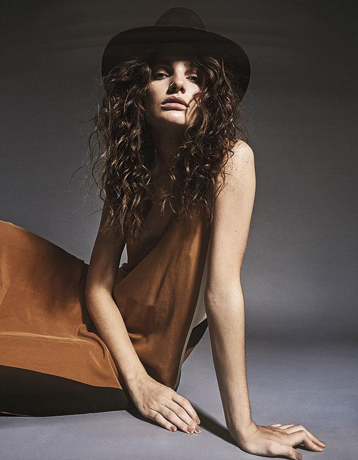 Enfit, vestido, $301.900; Cher, sombrero, $141.700