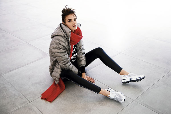 Tricot, polerón, $9.990; Jazmin Chebar, bufanda, $132.000; Zara, parka, $39.990; Adidas, calzas, $24.990; Hush Puppies, zapatillas, $47.000