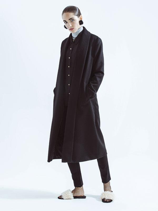 Kuna, abrigo, $489.000; Wados, blusa, $24.990; jeans, $27.990; Alaniz en Paris, beatle, $12.990; Zara, sandalias, $27.990; calcetines, $5.990; H&M, aros, $19.990