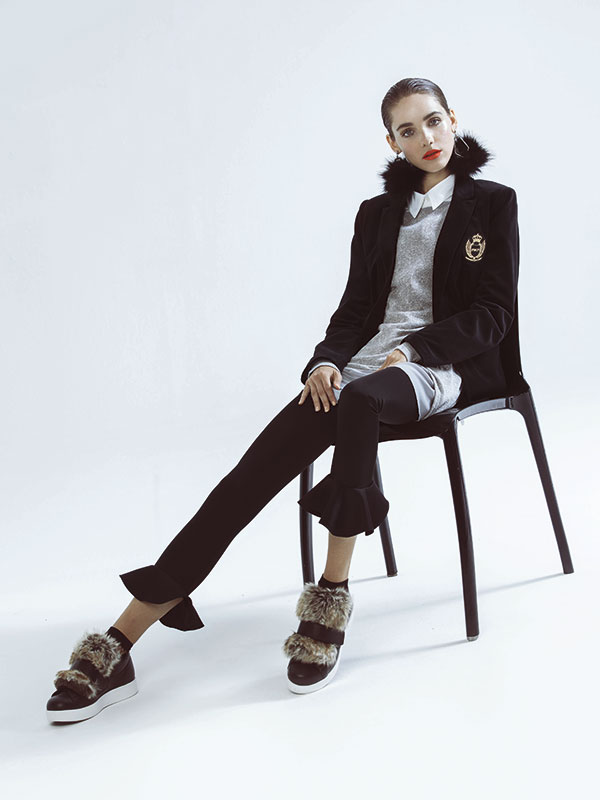 Rockford, chaqueta, $79.990; Basement en Falabella, suéter, $19.990; Marquis en Ripley, blusa, $19.990; Alaniz en Paris, pantalón, $19.990; Prüne, zapatillas, $105.990; Zara, calcetines, $5.990; Aldo, broche (como aro), $9.900
