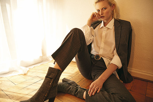Gap, blusa, $29.990; Viaressa en Paris, blazer, $29.990; pantalón, $21.990; Castañer, zapatos, $199.900; Prüne, cinturón, $21.990; H&M, aros, $5.990